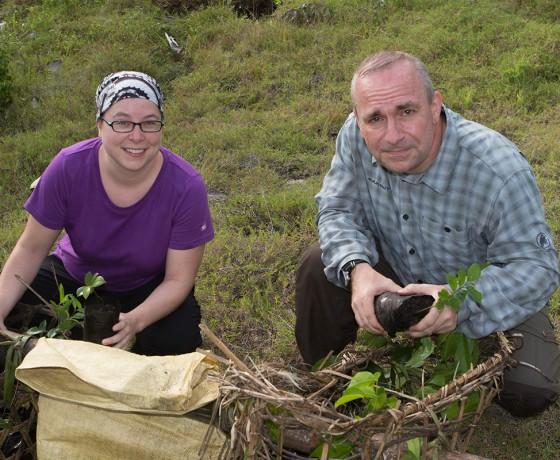 Chrissi und Martin suchen Bäumchen für Ala Kely aus